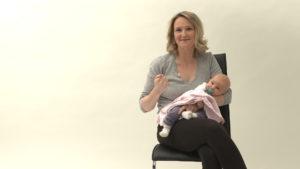"""Mutter mit Baby im Arm berichtet über ihren Kaiserschnitt im Film """"Meine Narbe"""""""