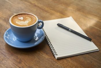 Tasse kaffe, Block und Stift