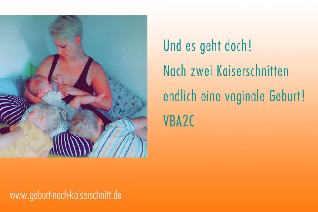 Eine Mutter stillt ihr neugeborenes Kind. Ihre anderen beiden Kinder schauen zu.